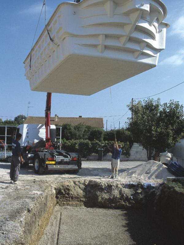 installation piscine coque polyester fibre de verre avec structure renforcée Nîmes (1)